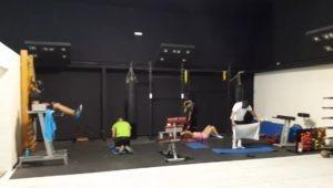 Deportistas entrenando abdominales Kick boxing, HIIT. Gimnasio cerca de Cobeña, en Algete