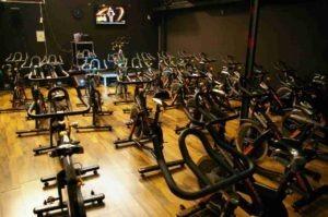 al fondo de la sala de spining hay una pantalla grande con programa de entrenamiento. Vente al Gimnasio desde Fuente del fresno o Fuente el Saz
