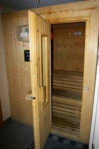 Sauna del gimnasio con la puerta abierta para ver el interior. en Gimnasio cerca de Fuente el Saz, en Algete