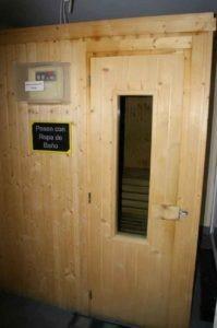 Puerta de la sauna de madera en el gimnasio Alcobendas Sanse Fuente del Fresno, en Algete