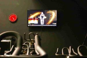 detalle de la pantalla de entrenamiento en sala de spinning vente desde el casar, Alalpardo, Miraval. Está muy cerca.