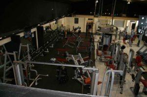 Una sala de musculación bien provista de materiales para la actividad. Vente desde Fuente el Saz al gimnasio
